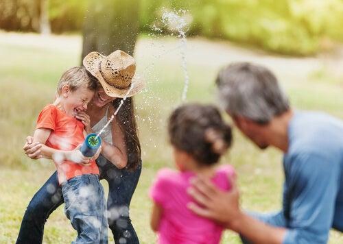 Familia jugando al aire libre.