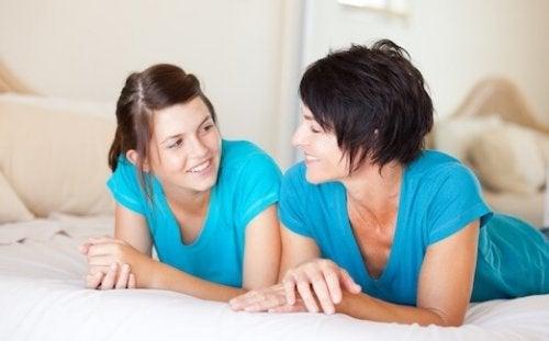 Cuando tu hija tenga el ciclo menstrual por primera vez es importante que hables con ella.