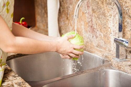 Lavar bien los alimentos ayuda a prevenir infecciones.