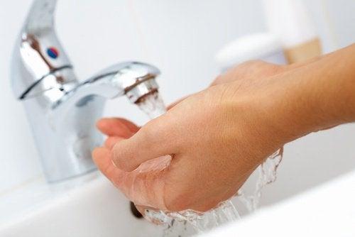 Lavarse las manos es una medida de higiene básica para prevenir los catarros.