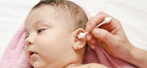 Limpiar los oídos del bebé es bueno para evitar el eccema ótico.