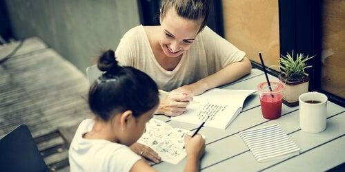 Muchas veces es necesario que los padres ayuden a los hijos a realizar sus tareas.