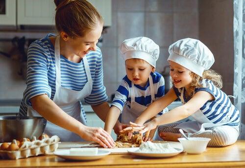 Madre e hijos preparando masa para galletas en la cocina.