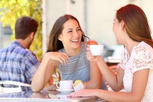 Mamá tomando un café con una amiga para combatir el estrés posparto.