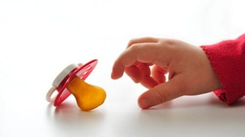 Uno de los objetos de apego para el niño es el chupete.