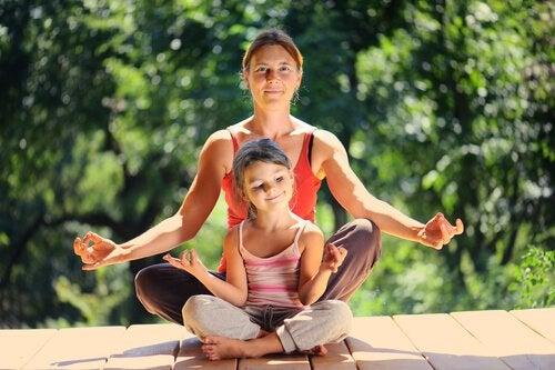 Madre e hija practicando la meditación con los consejos del libro Tranquilos y atentos como una rana.