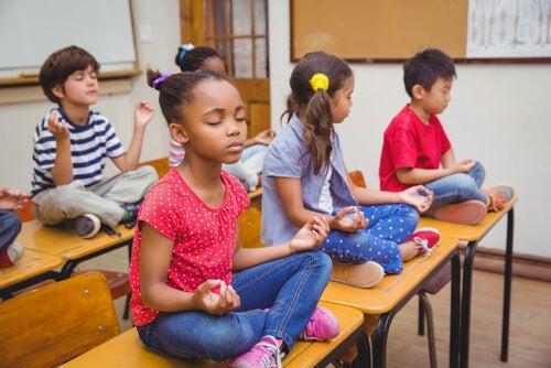 La meditación ayuda a controlar el estrés.