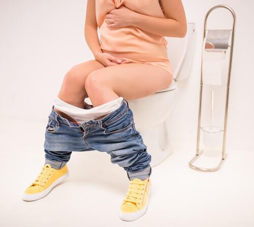 El enema en el parto es una práctica común que ayuda a la mujer a liberar la materia fecal.