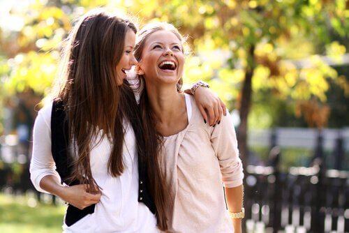 Las amigas crean vínculos irrompibles.