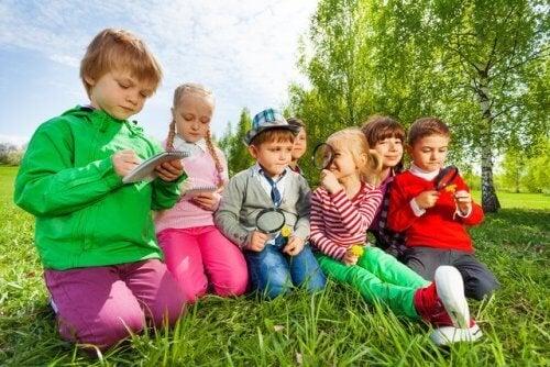 Los juegos para fomentar la escucha son perfectos para hacer al aire libre.