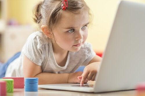 Los niños se distraen con el ordenador, pero usar Internet de forma segura también implica controlar el tiempo frente a las pantallas.