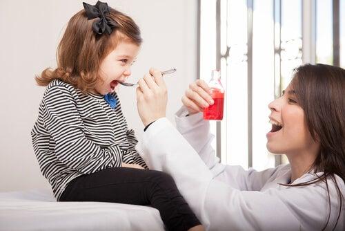 La tos seca en niños requiere de supervisión pediátrica.
