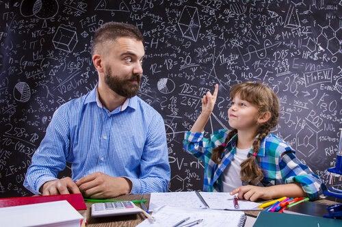 Una niña con altas capacidades intelectuales junto a su padre