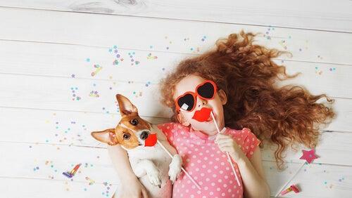La mascota es uno de los compañeros ideales para los juegos infantiles.