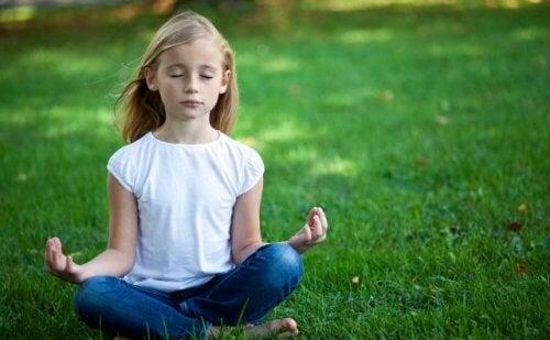 Niña practicando el mindfulness y la meditación gracias al libro Tranquilos y atentos como una rana.