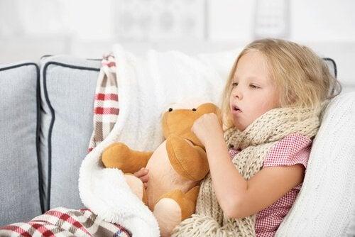 La tos es también un síntoma de difteria.