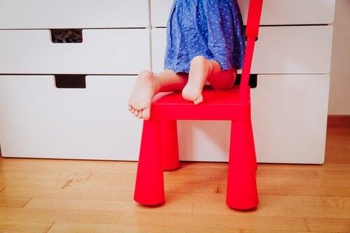 Marcher pieds nus peut aider à éviter les pieds plats chez les enfants.