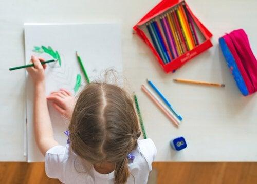 Una niña coloreando está desarrollando sus habilidades motrices finas.