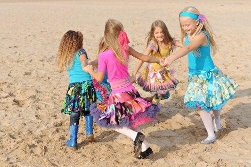 Los deportes de playa para niños permiten que muchos participen en una misma actividad.