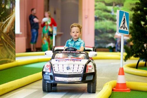 Resultado de imagen de jugar con coches eléctricos desarrollo infantil
