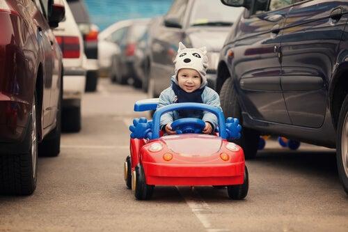 Los coches eléctricos para niños son uno de sus juguetes preferidos.