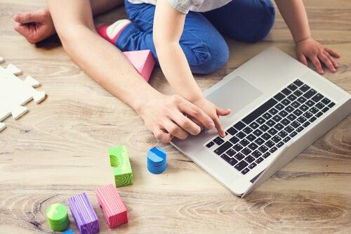 Es importante acompañar a nuestros hijos cuando utilicen dispositivos tecnológicos.