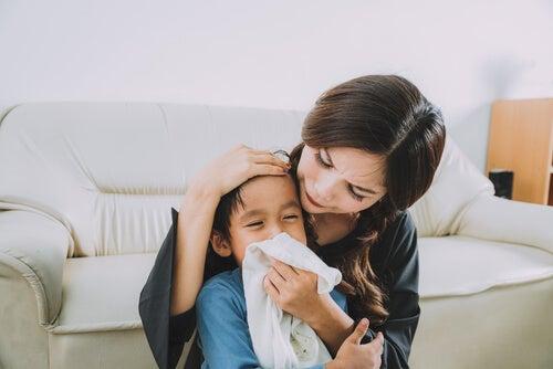Un niño con mononucleosis tose con frecuencia y puede tener mocos.