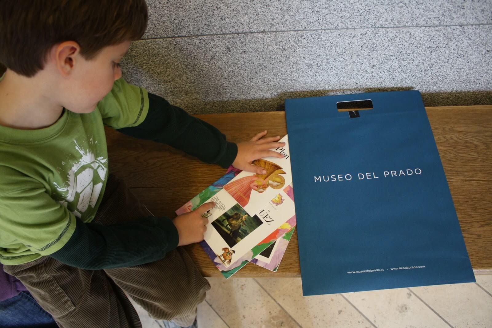 Un pequeño con panfletos del Museo del Prado.