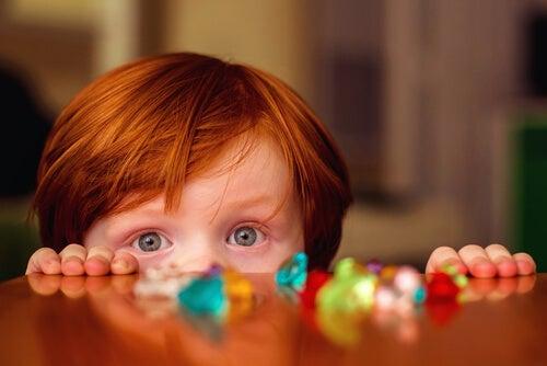 Los juegos para niños de 4 años no deben incluir piezas pequeñas porque se las pueden tragar.