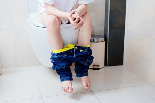 enfant sur les wc