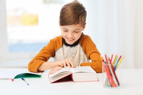 Un niño que comprende los beneficios de las asignaturas estará más motivado para estudiar.