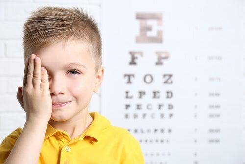 Acudir al oculista te ayudará a saber si tu hijo tiene problemas de visión.