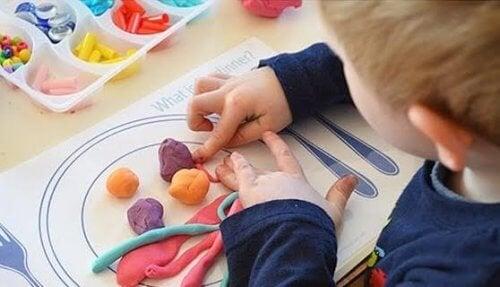 Les avantages de la pâte à modeler pour les enfants sont multiples et tous encouragent le développement de l'enfant.