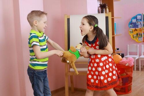 Niños pequeños peleando por un juguete.
