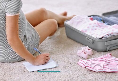 Es bueno preparar con tiempo la maleta con las cosas que deberemos llevar al hospital para el parto.