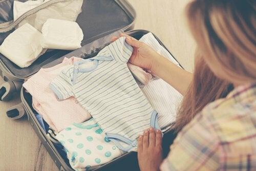 Las canastillas para los recién nacidos deben contener la ropa que usarán al salir del hospital.