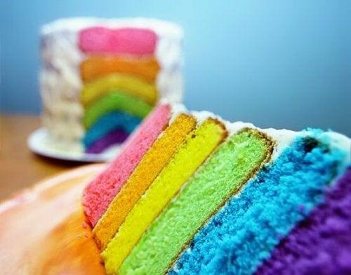 Los postres arcoiris también pueden conformar excelentes tartas de cumpleaños.