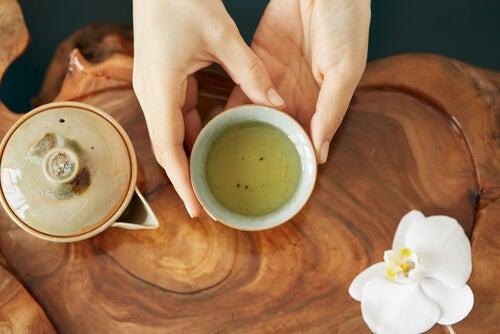El té blanco tiene un sabor dulce y delicado.