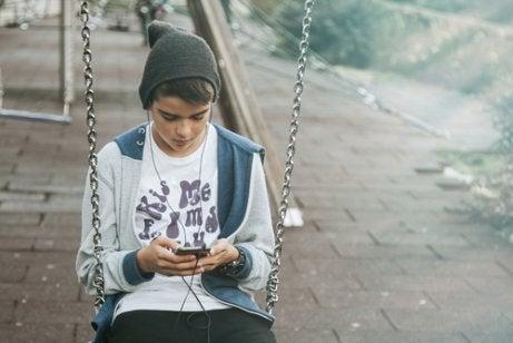El uso prolongado del móvil aísla a los adolescentes.