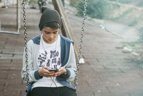 Una de las señales de rebeldía en la adolescencia tiene que ver con la privacidad.