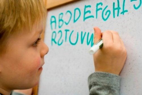 La afasia produce dificultades en la comunicación de los infantes.