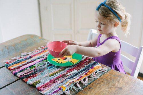 Aider dans les tâches de la maison est une mission de tous les membres.