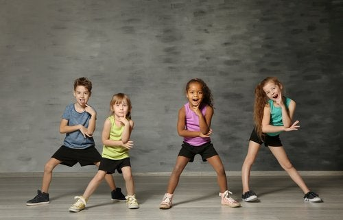 Los aeróbicos para niños los ayuda a mejorar la coordinación al son de la música.