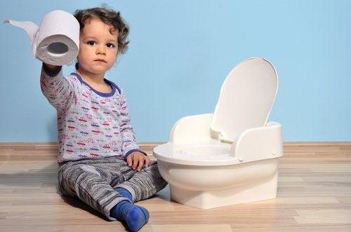 Niño aprendiendo a ir al baño para dejar el pañal.