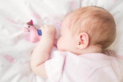 Cuando el niñose pone boca abajo mientras duerme,hay que alternar su posición.