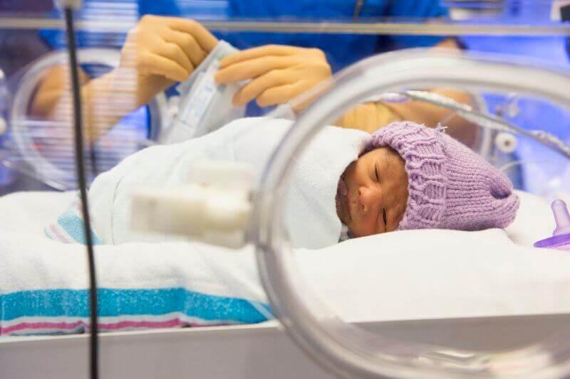Bebé en una incubadora.