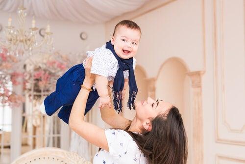Sujetar a los bebés en el aire es una buena forma de hacer ejercicio.