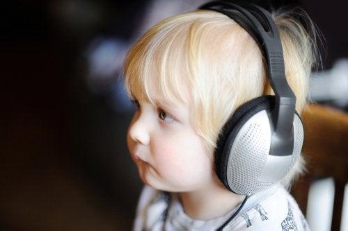 Niño escuchando música con los cascos.