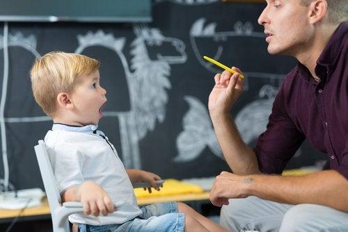 Niño con trastorno específico del lenguaje trabajando con el logopeda.