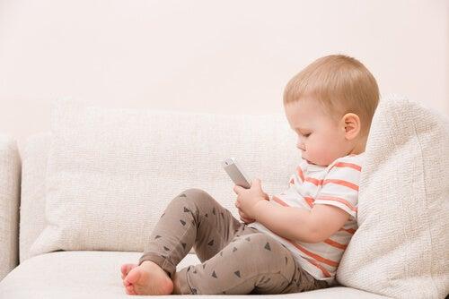 El uso del móvil a una edad temprana puede provocar problemas en el desarrollo del bebé.